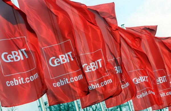 ARCHIV - CeBIT-Fahnen wehen am 03.03.2008 auf dem Messegelände in Hannover im Wind. Die weltweite Wirtschaftskrise trifft auch die Computermesse CeBIT hart. Die Messe (3.-8. März) in Hannover verzeichnet in diesem Jahr einen dramatischen Aussteller-Rückgang von 25 Prozent auf rund 4300 Unternehmen. Foto: Kay Nietfeld dpa/lni +++(c) dpa - Bildfunk+++